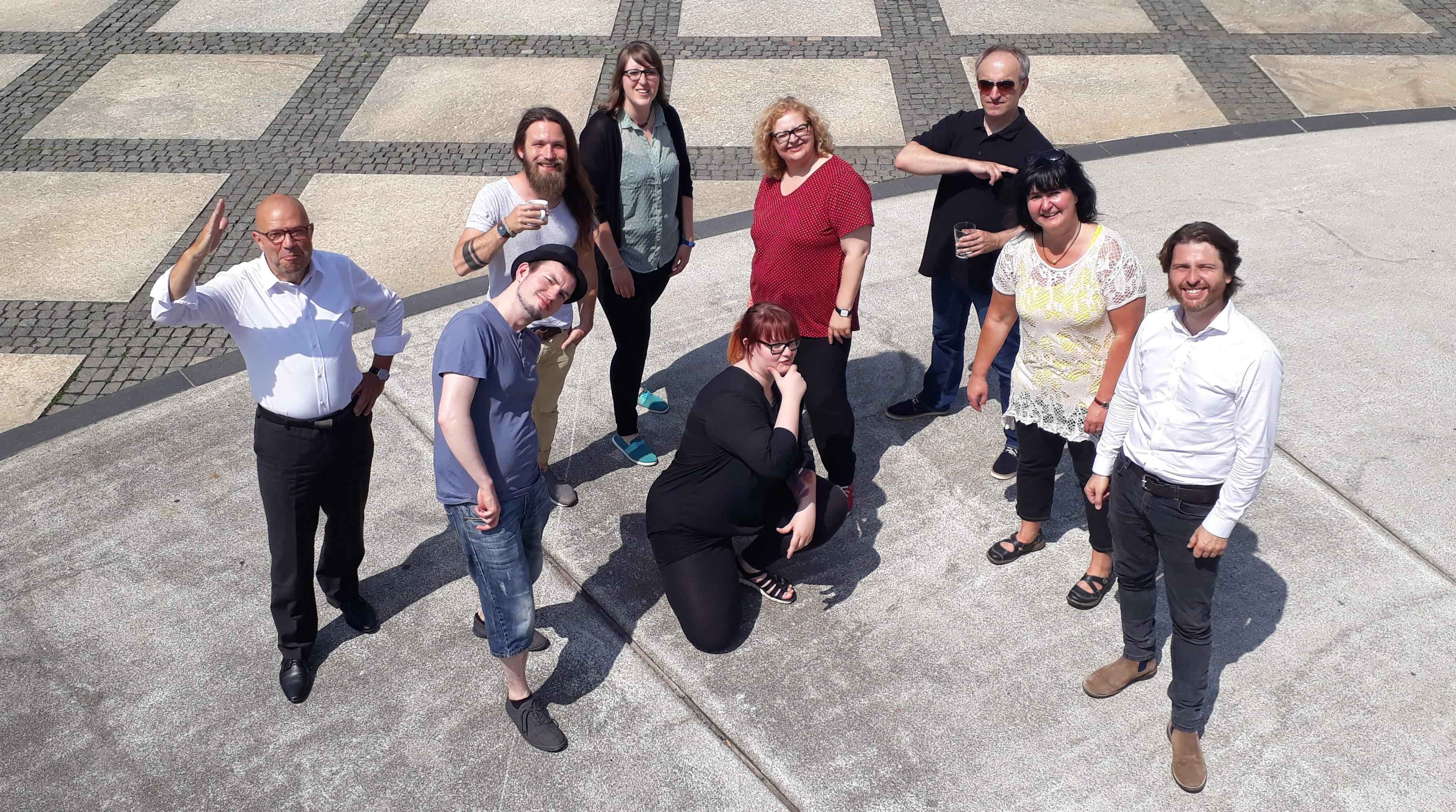 Gruppenbild mit verschiedenen Posen auf dem Theaterplatz