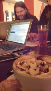 Heiße Schokolade, Laptop und Filmnächte-Chef Michael Claus beim Arbeiten