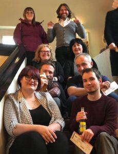 Gruppenbild auf Treppe mit Kinokarten und Getränken