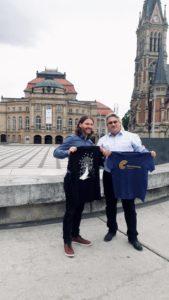 Zwei Festivalleiter präsentieren T-Shirts der Filmnächte und des SCHLINGELS
