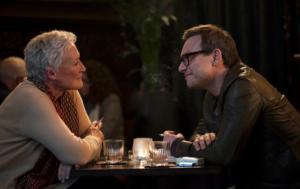 Filmszene aus Die Frau des Nobelpreisträgers: Glenn Close im Gespräch mit hartnäckigem Journalisten