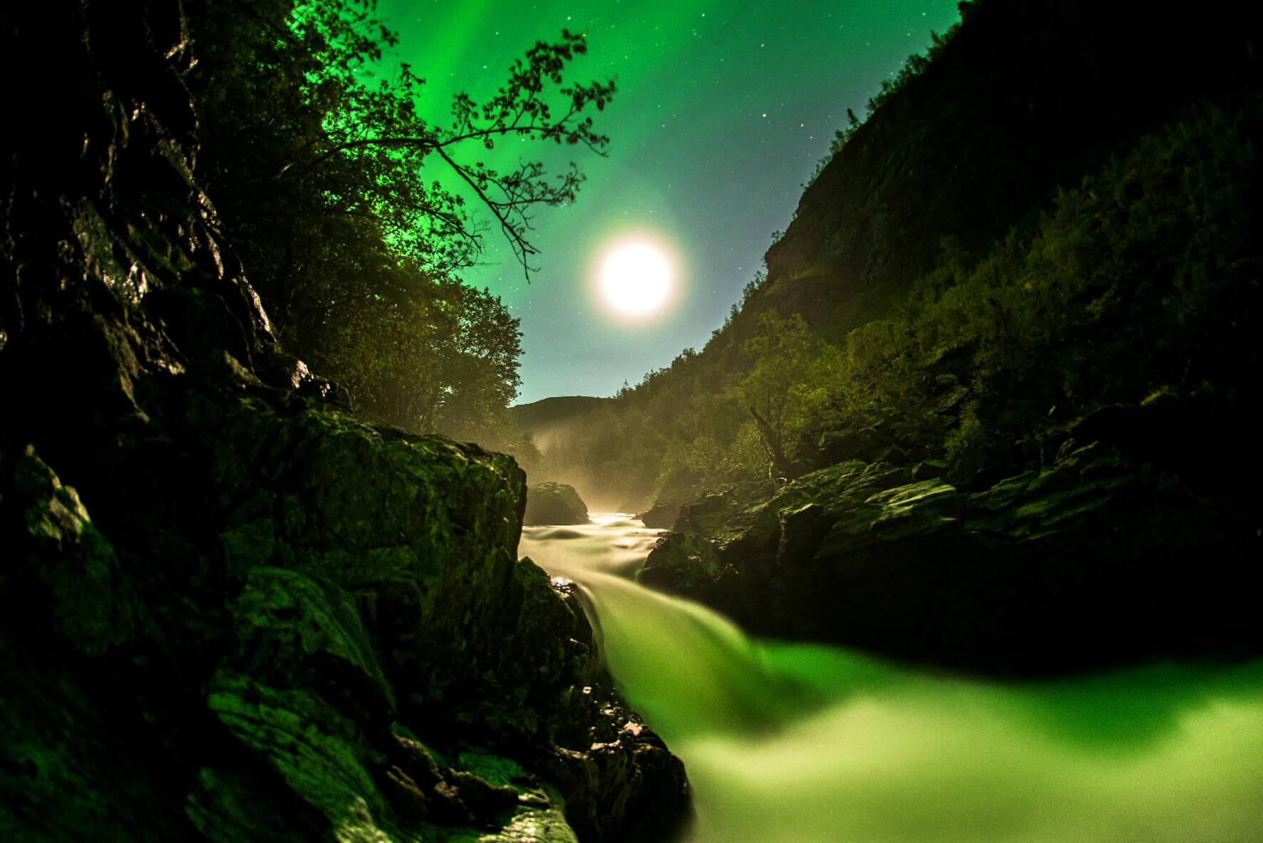 Mystisch aussehende Fjorde, mit grünem Licht hell erleuchtet