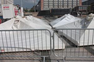 weißte Filmnächte-Zelte liegen auf dem Boden hinter Absperrungen