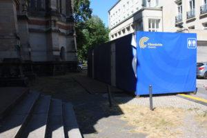 Blaue Toiletten-Container nahe der Petrikirche