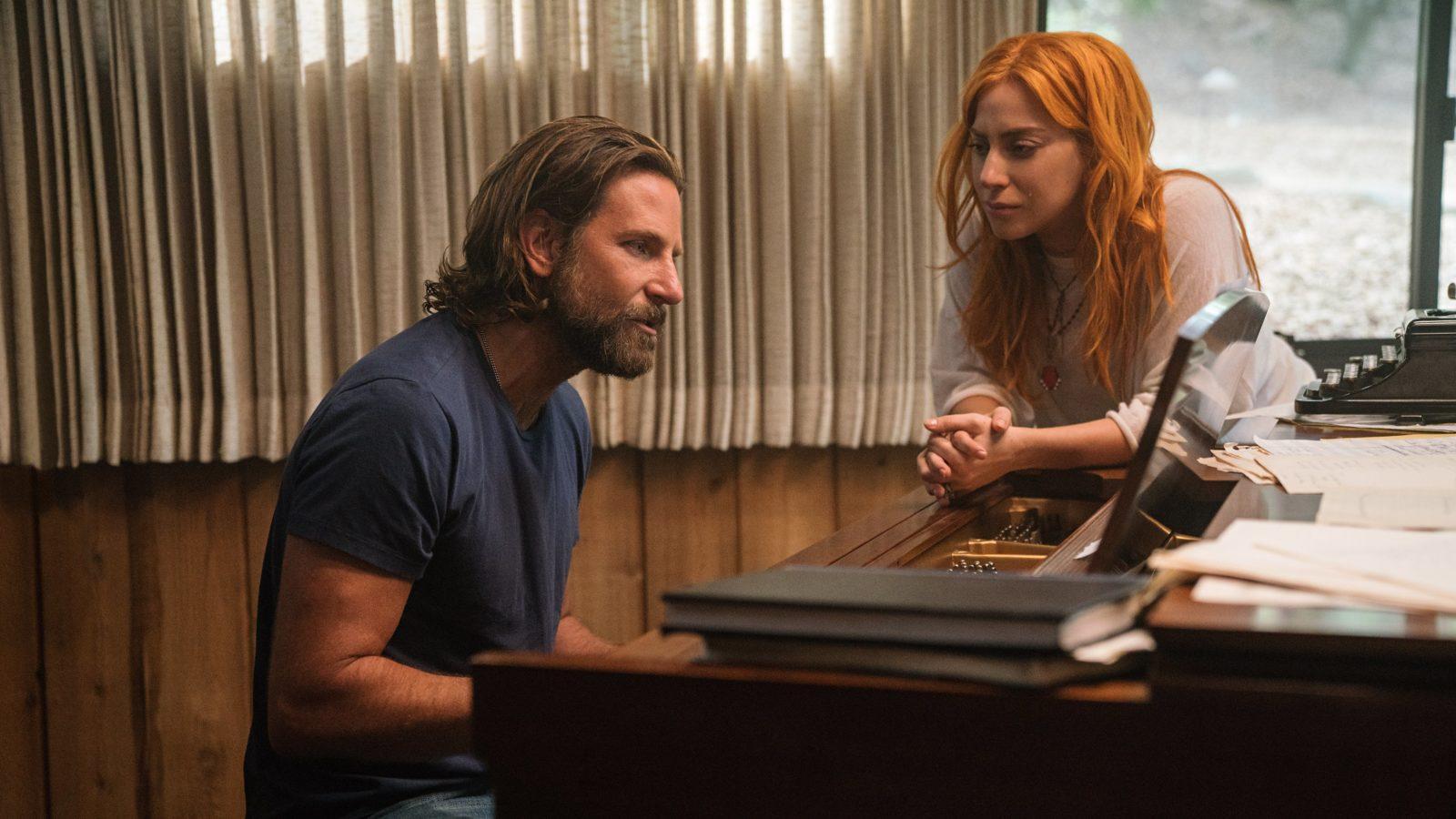 """Filmszene aus """"A Star is Born"""": Bradley Cooper am Klavier, Lady Gaga lauscht dem Gesang"""
