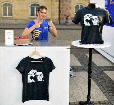 Filmnächte-Mitarbeiterin präsentiert T-Shirts mit