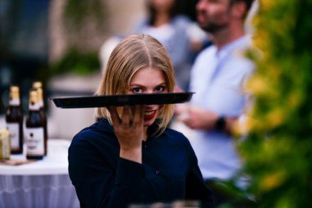 Filmnächte-Mitarbeiterin mit Tablett guckt verschmitzt in die Kamera