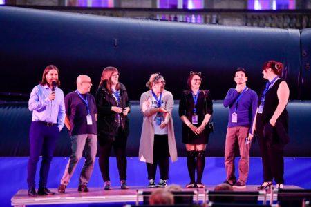 Festival-Leiter Michael Claus zusammen mit sechs Mitgliedern des Programmbeirats auf der Bühne