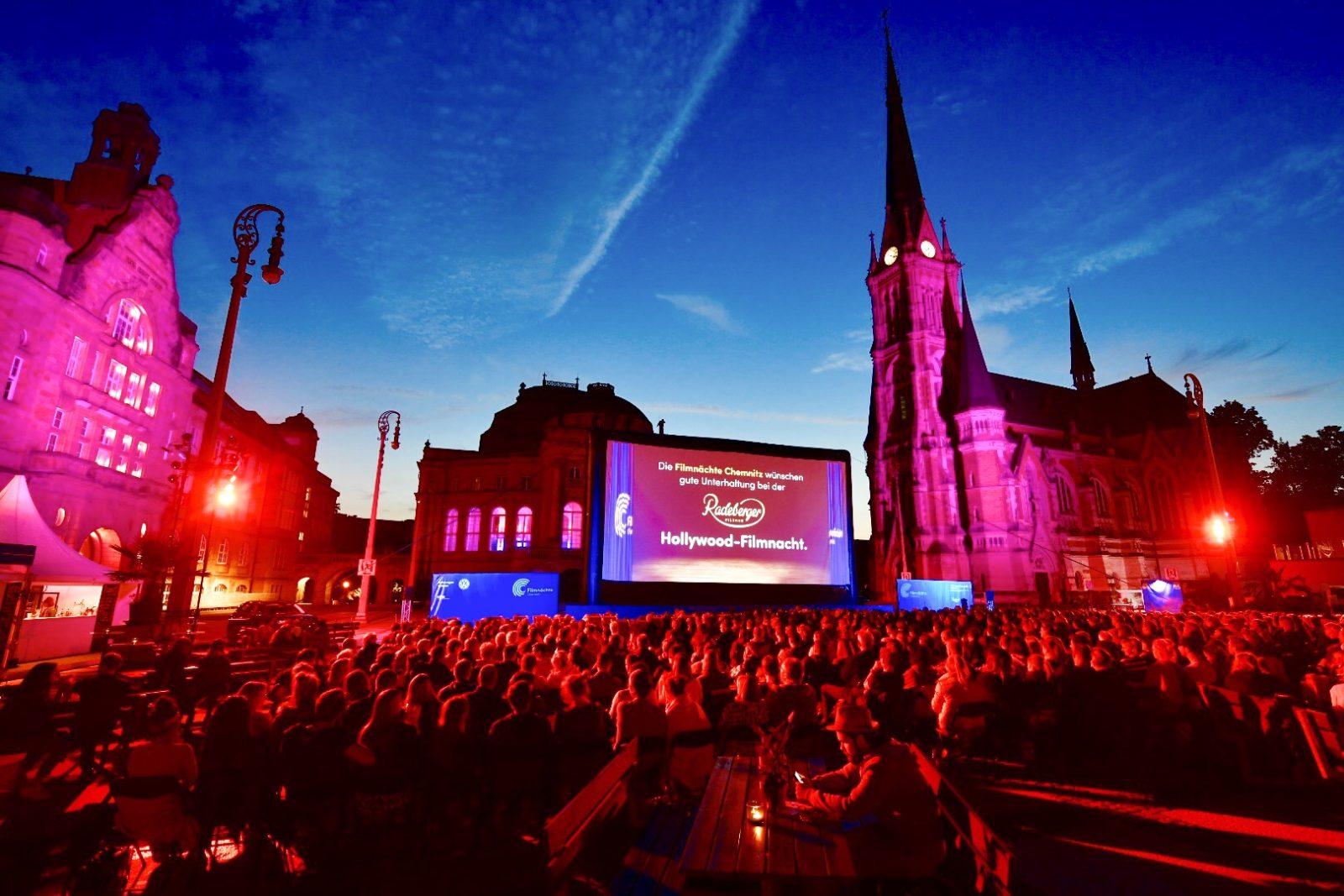 Ausverkaufter Theaterplatz zur Eröffnung, Blick auf Leinwand, Oper und Petrikirche