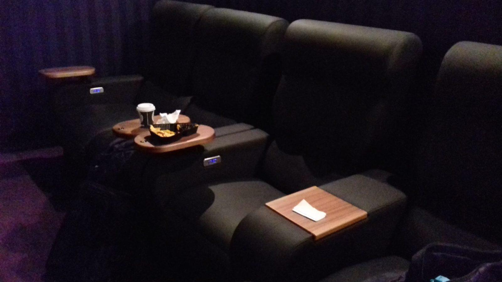 Luxuriöser Kinosessel mit Snacks und Kaffeebecher