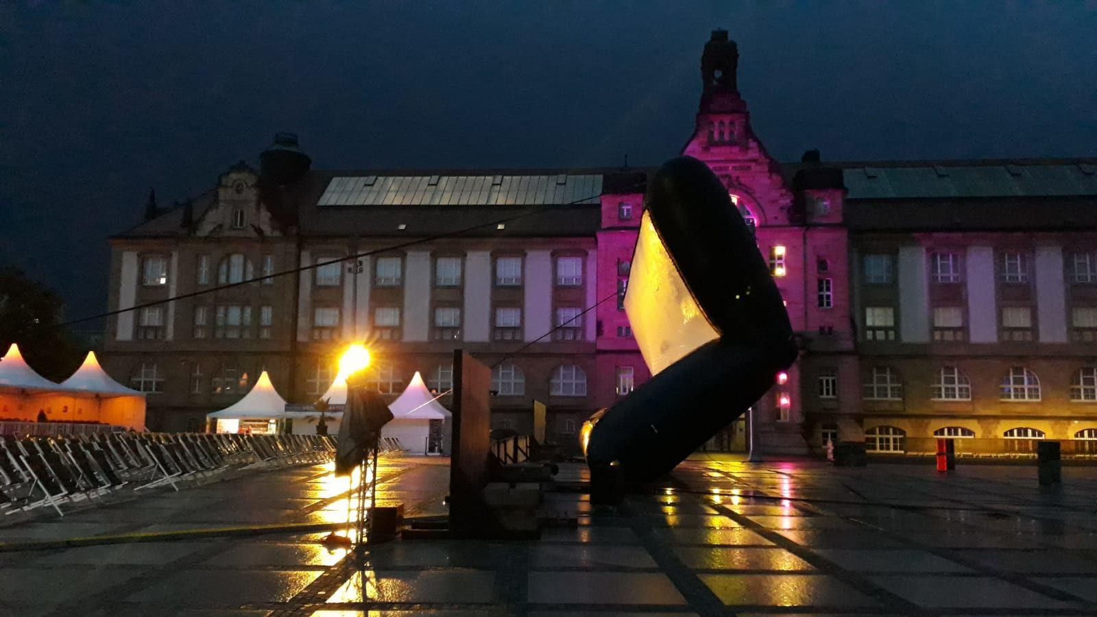 Leinwand auf dem Theaterplatz wird bei Regen hinuntergelassen