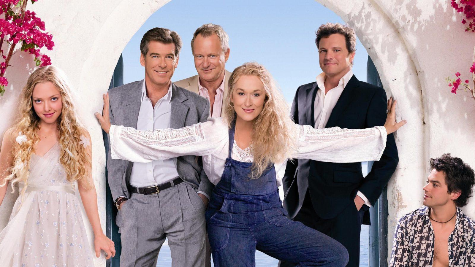 """Werbe-Bild für """"Mamma Mia!"""": Der Haupt-Cast rund um Meryl Streep und Amanda Seyfried im Torbogen"""