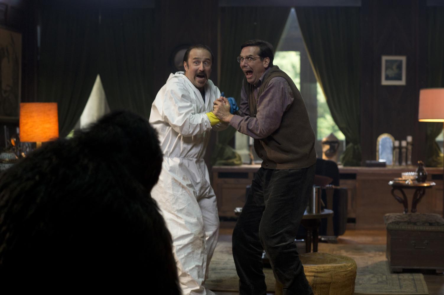 """Szene aus Tatortreiniger-Folge """"Der Fluch"""": Heiko Schotte und Episodenrolle erschrecken vor einem Schatten"""