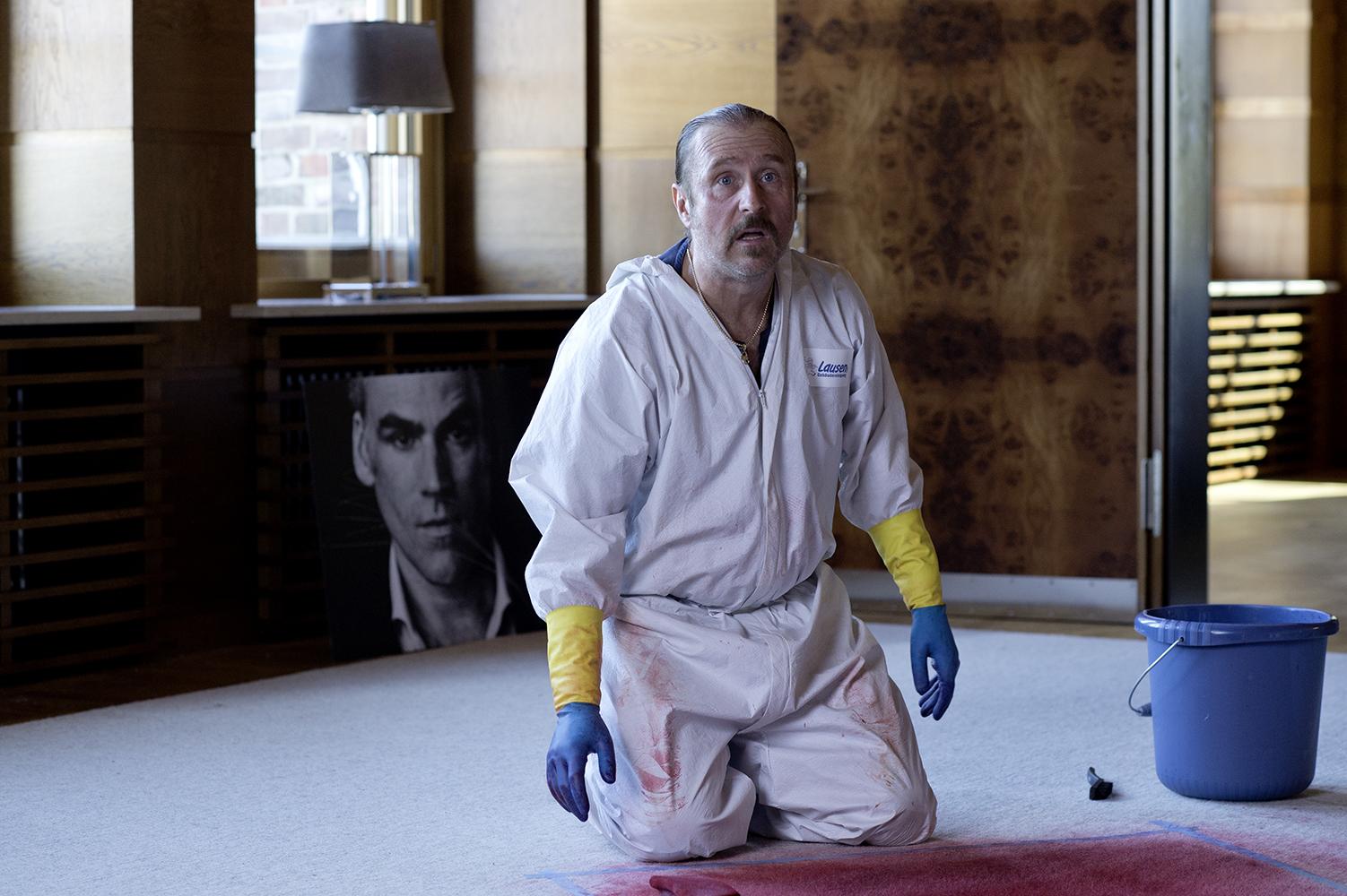 """Szene aus Tatortreiniger-Folge """"Sind Sie sicher?"""": Heiko Schotte sitzt über einem Blutfleck"""